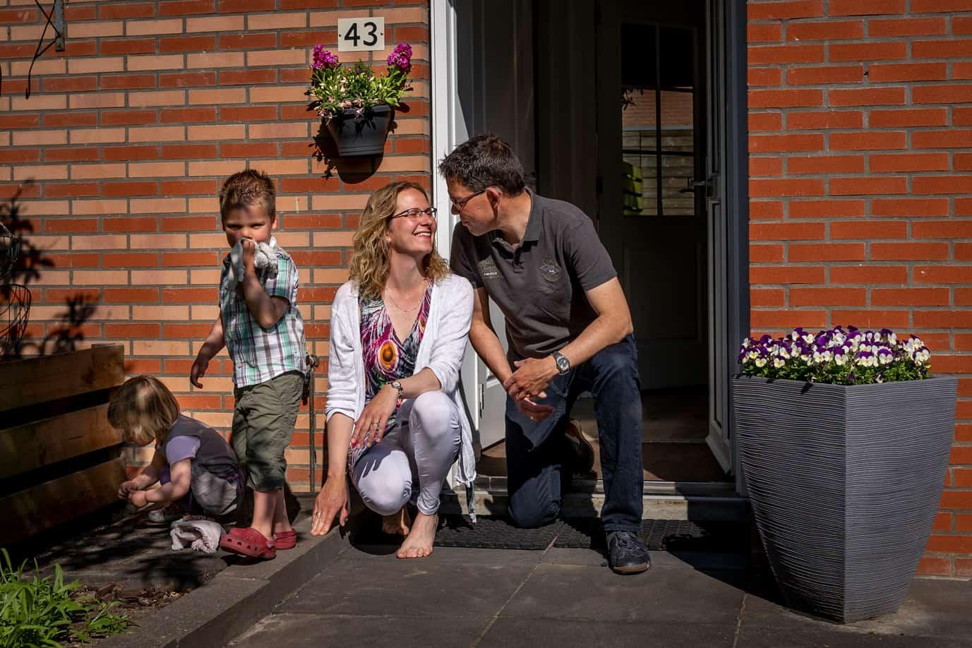 kinderportret aan de deur