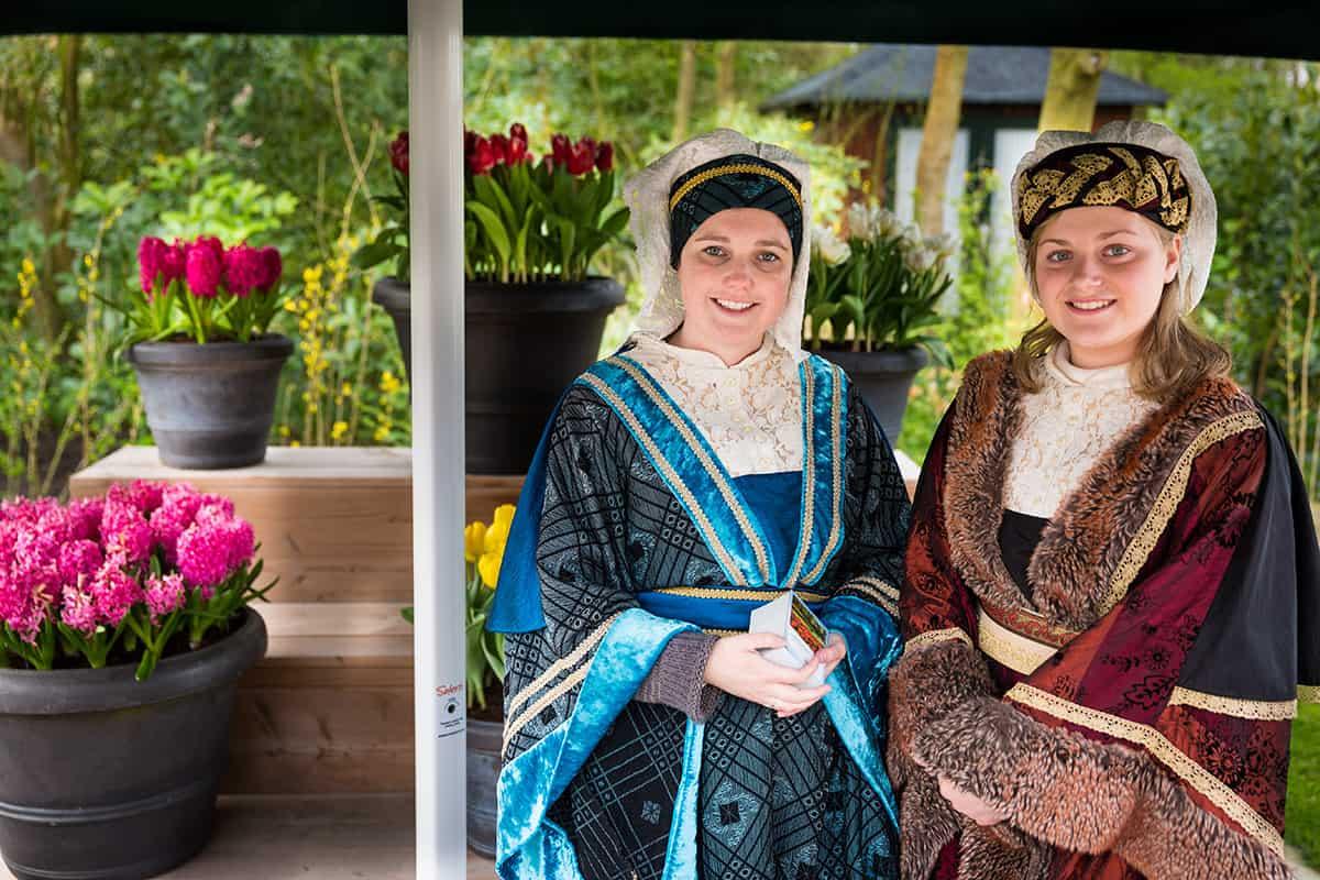gastvrouwen Keukenhof welkom meisjes ingang bloemenpark Lisse