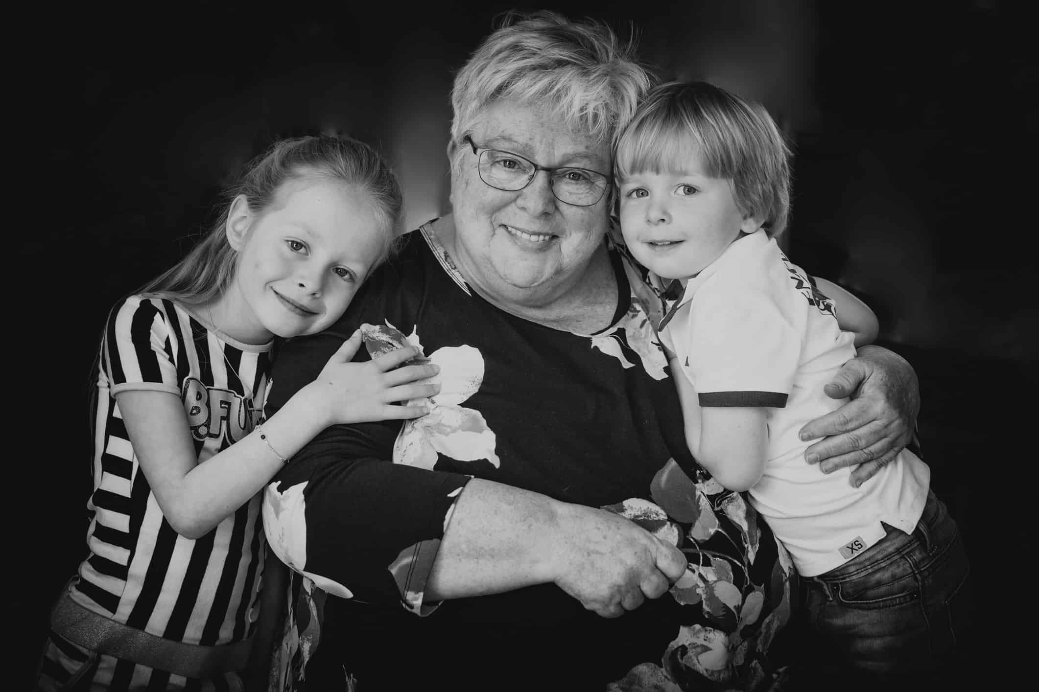 portret oma met kleinkinderen